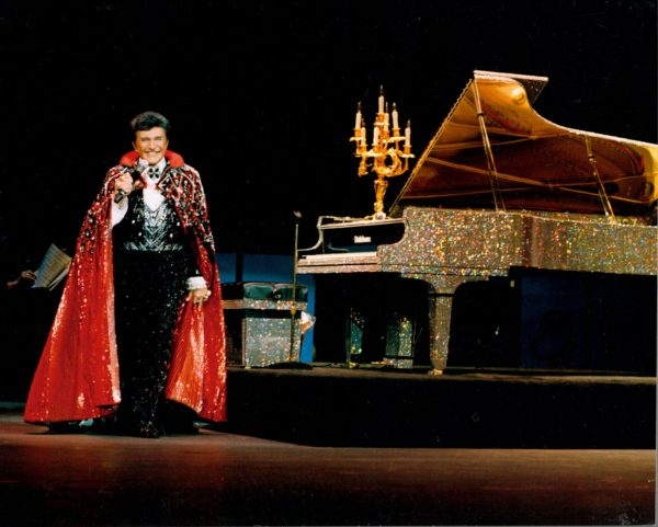 liberace-on_stage_with_rhinestone_piano-760234